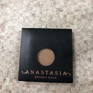Anastasia Beverly Hills eyeshadow in suede